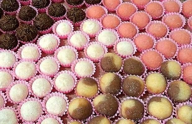 Imagem de doces de festa de aniversário. Quem tem diabetes não pode comer doce?
