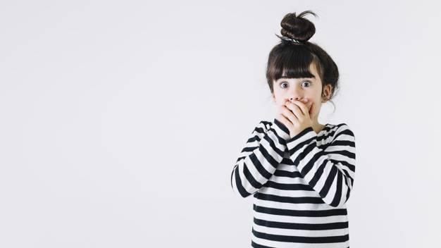Criança assutada com o primeiro segredo da diabetes mellitus tipo 2