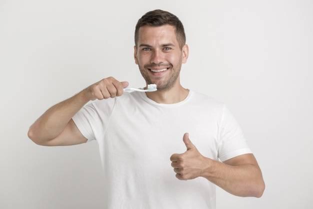 Homem escovando os dentes (quarto segredo da diabetes mellitus tipo 2).