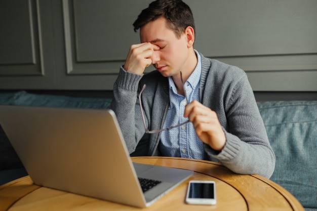 Homem estressado com o segundo segredo da diabetes mellitus tipo 2