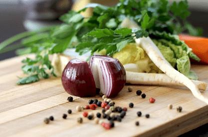cebola roxa cortada um dos alimentos para combater a dor