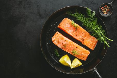 salmão um dos alimentos para combater a dor em uma frigideira