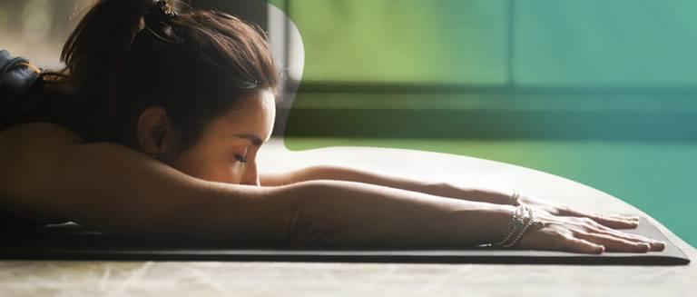 Dor lombar: Conheça as 5 posturas de yoga para se livrar da dor.