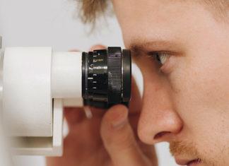 oftalmologista olhando microscópio