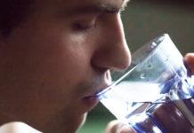 homem desidratado bebendo água
