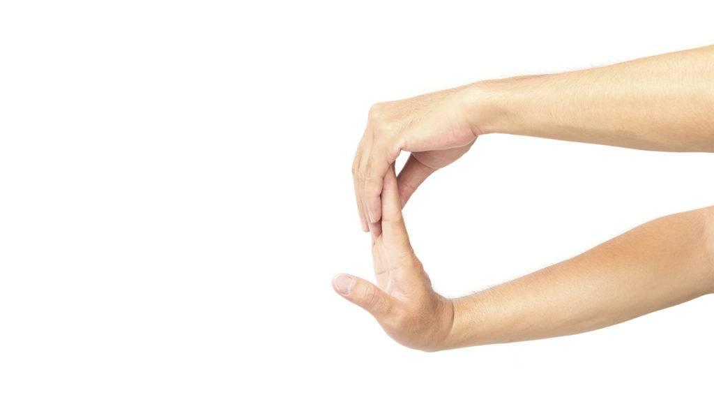 alongamento de pulso com a palma da mão virada para o lado contrário ao corpo