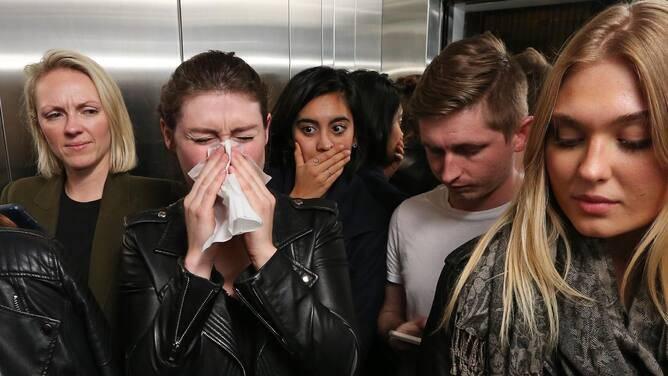 mulher-espirrando-em-público-e-passando-coronavírus
