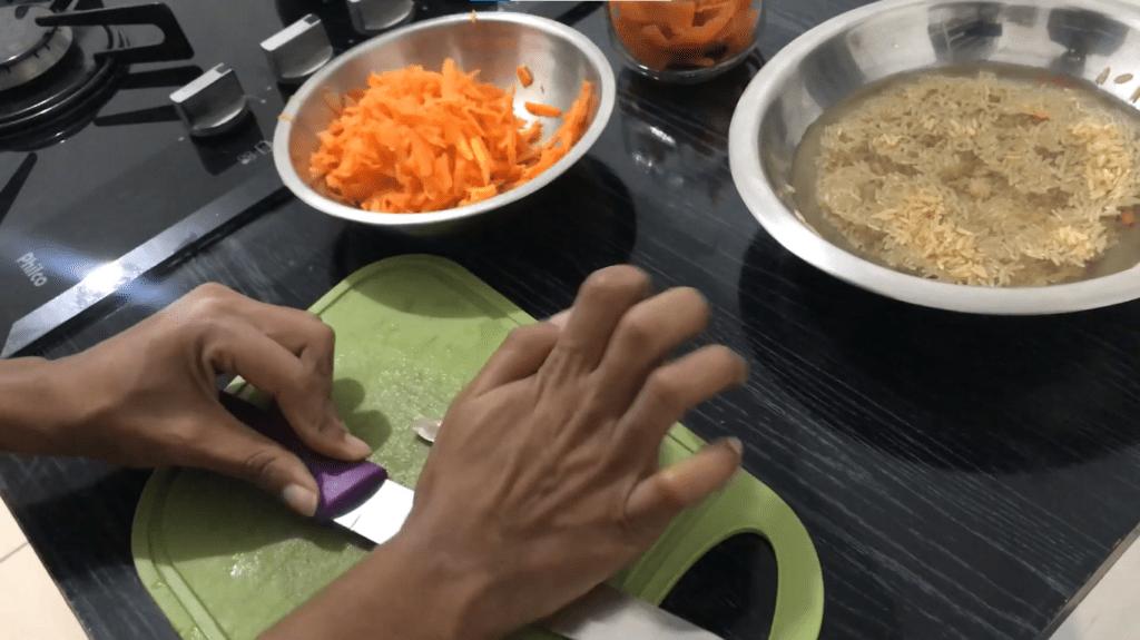 Técnica para descascar o alho facilmente.